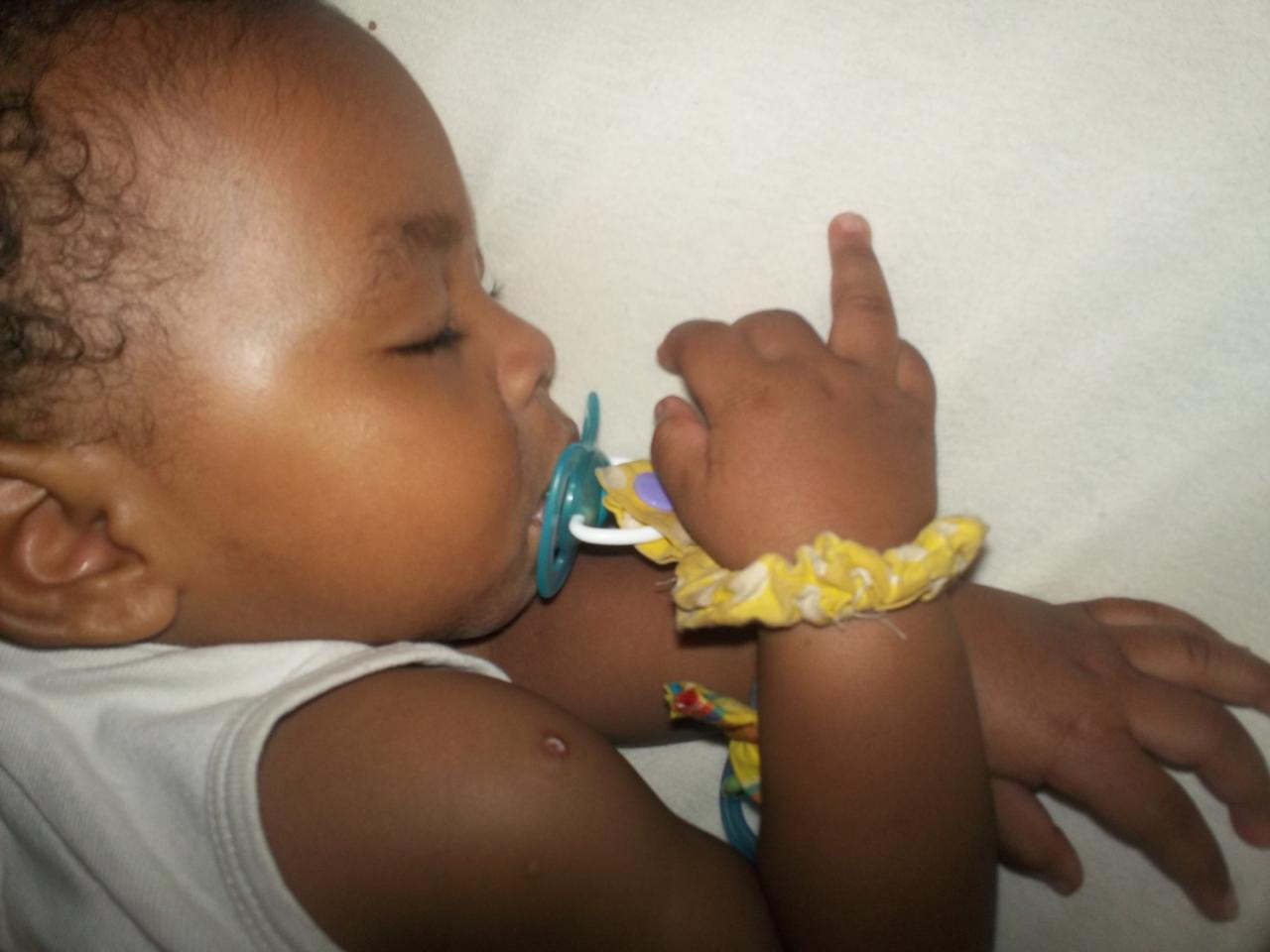 Bébé porte sa sucette à sa bouche lui même