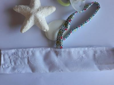 Bracelet porte sucette lacet scratch blanc mosaique
