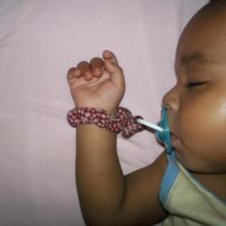Bébé porte sa tétine à sa bouche lui même